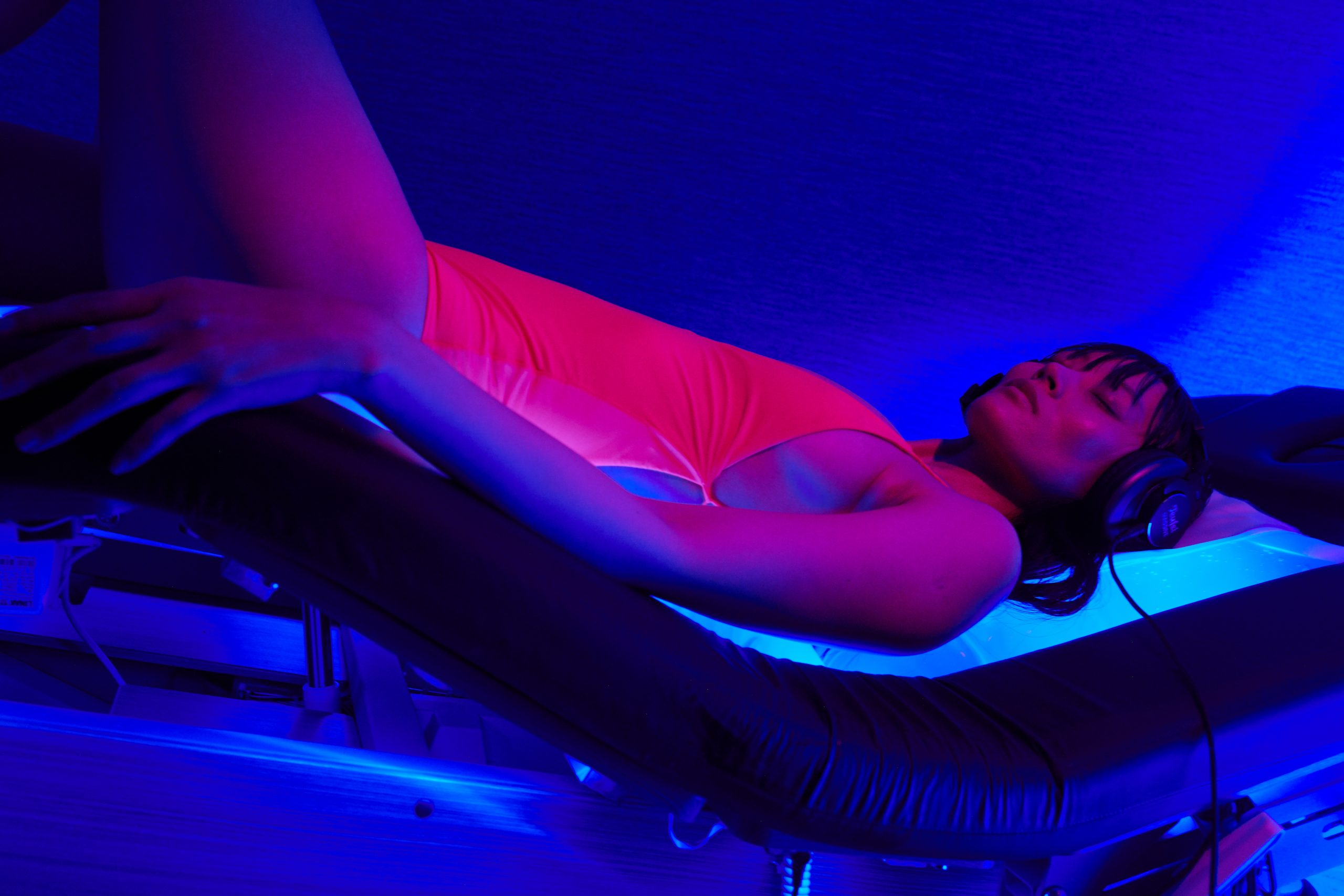 woman on spa wave table quantum harmonics brain + body treatment