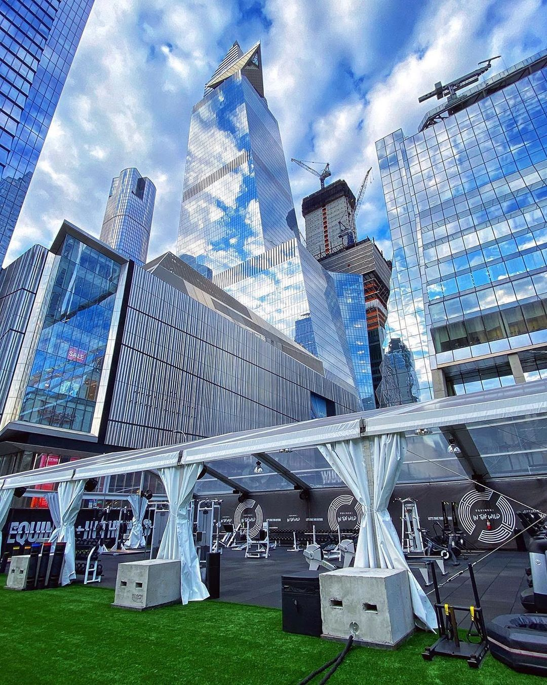 <equinox in the wild outdoor gym featuring skyline view of hudson yards